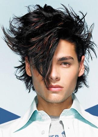 Ekstrawagancka męska fryzura z długimi włosami (grzywka)