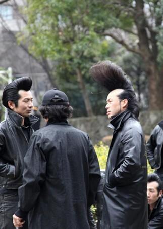 Ekstrawagancka męska fryzura z długimi włosami (japońska mafia)