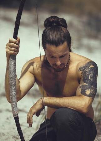Męska fryzura z długimi włosami (z kokiem, na samuraja)