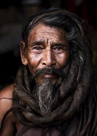 Ekstrawagancka męska fryzura długie włosy