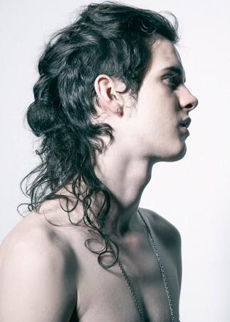 Męska fryzura długie włosy kręcone