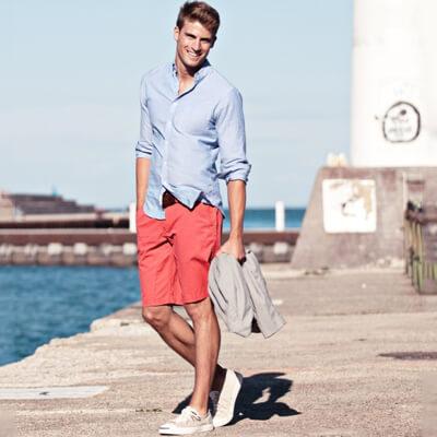Męska stylizacja na lato (jasnoniebieska koszula, czerwone spodenki, białe buty)
