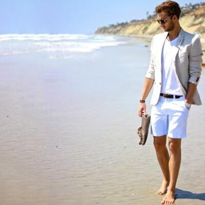 Męska stylizacja na lato (biały t-shirt, marynarka z lnu, białe krótkie spodenki, mokasyny)