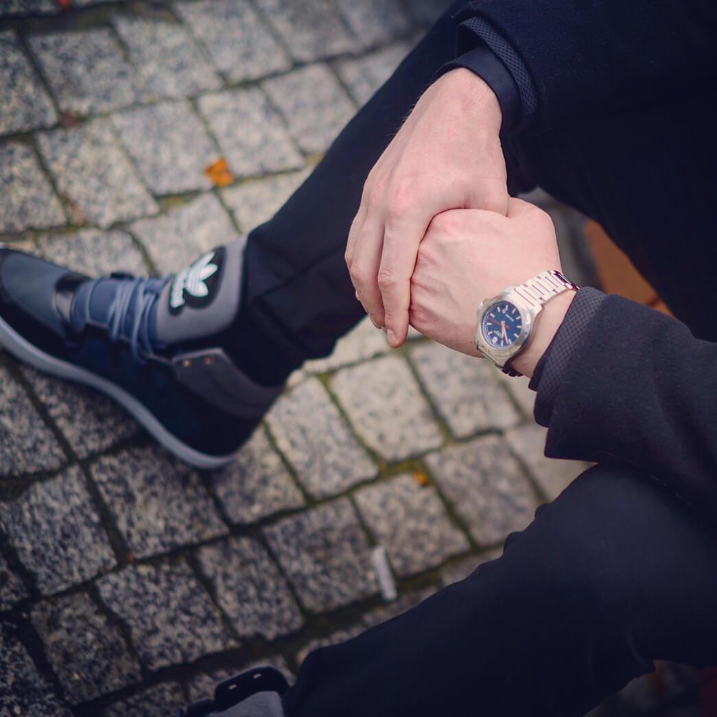 Męska stylizacja smartcasualowa monochromatyczna z zegarkiem INOX
