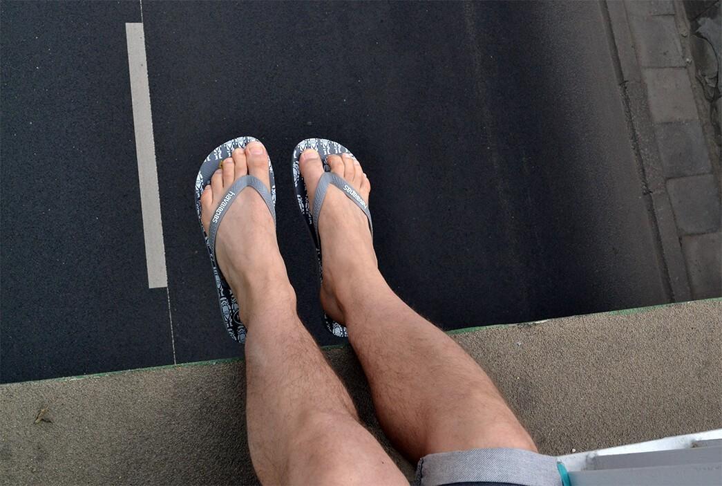 Havaianasy męskie na stopach