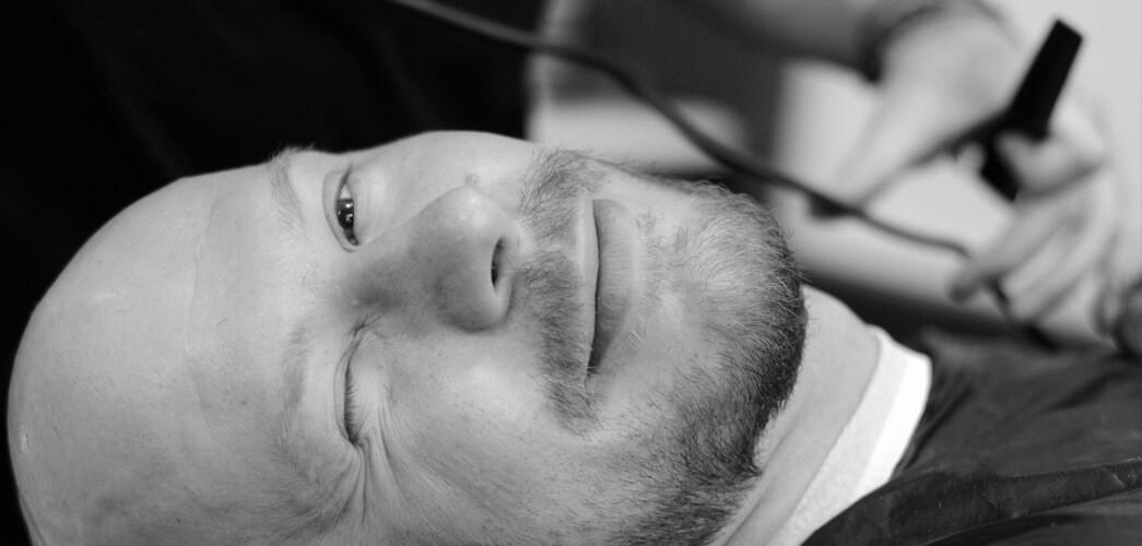 Tomasz Saweczko w trakcie wizyty u barbera