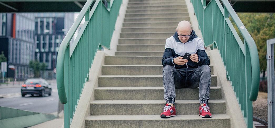 Samsung Galaxy A5 - Tomasz Saweczko na schodach