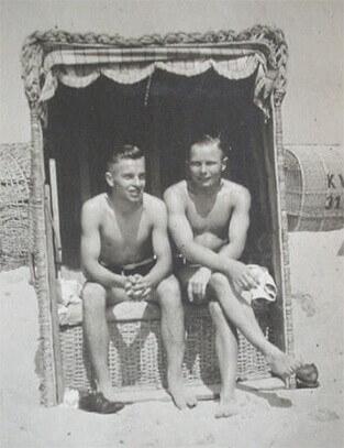 Dwóch mężczyzn na plaży - Niemcy lata trzydzieste