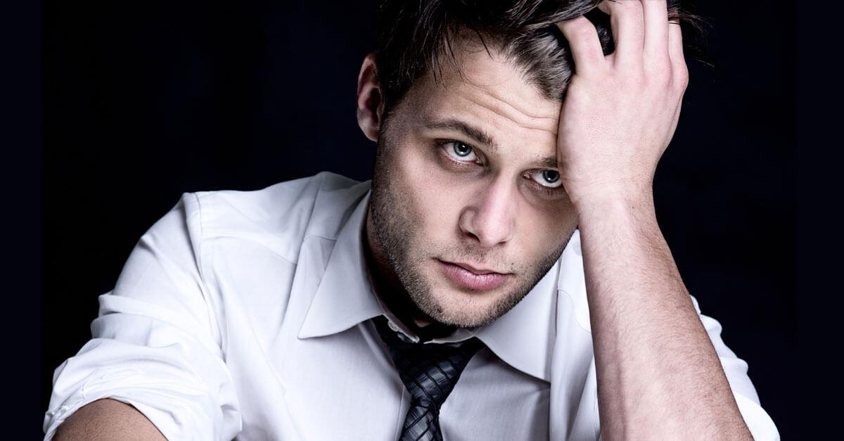 Wycieńczony mężczyzna w koszuli i krawacie