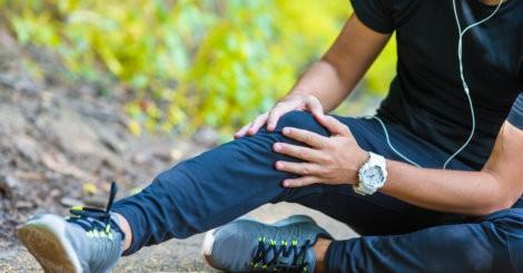 Mężczyzna w adidasach z białym sportowym zegarkiem
