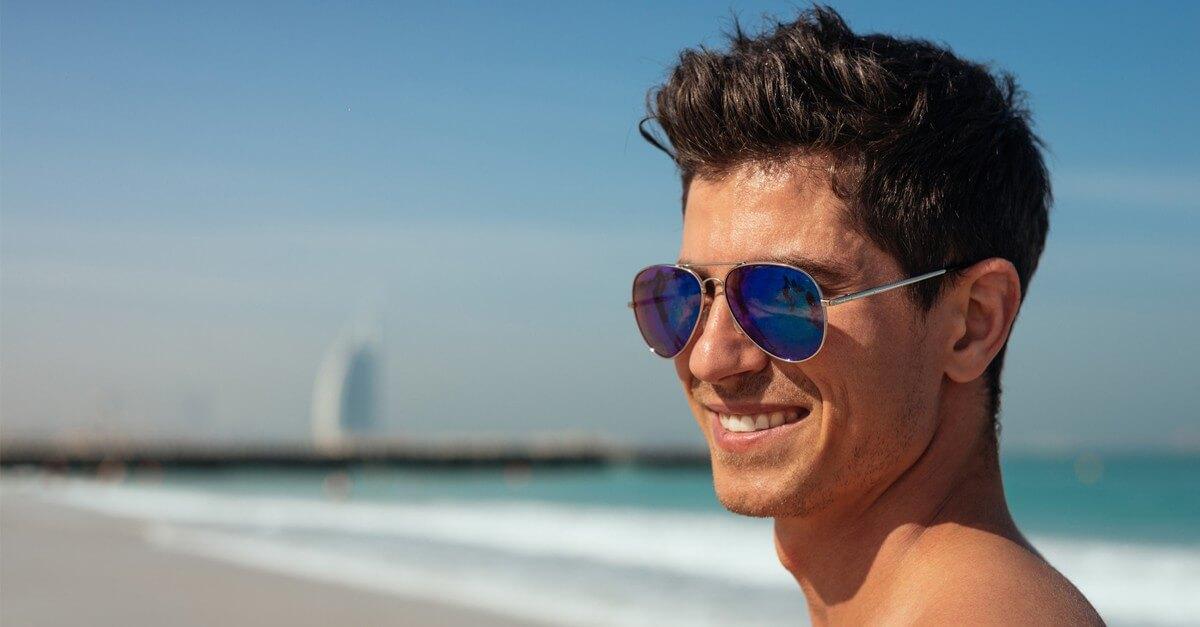 Młody mężczyzna w okularach przeciwsłonecznych Aviator w Dubaju