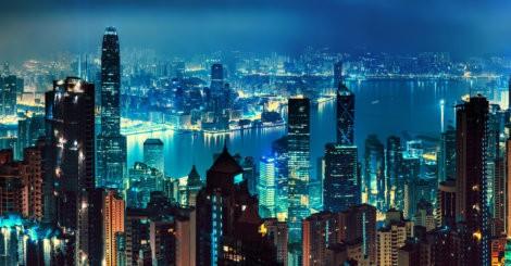 Miasto z drapaczami chmur nocą