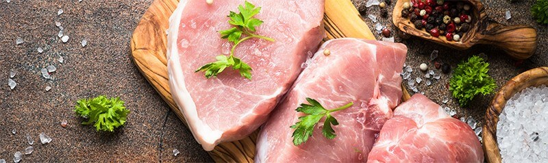 Surowy stek wieprzowy - przykładowe źródło kreatyny w pożywieniu