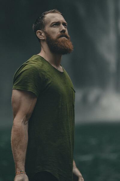 Mężczyzna z długą rudą brodą