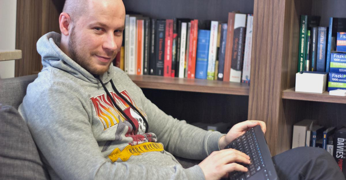 Tomasz Saweczko i klawiatura Microsoft All in One