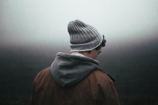 Młody mężczyzna smutek, w czapce i kapturze